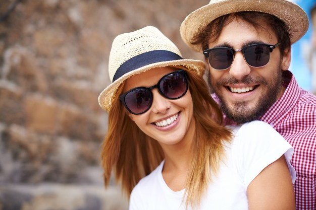 cute-couple-with-hats-sunglasses-close-up_1098-268